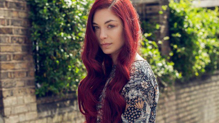 burgundowe włosy