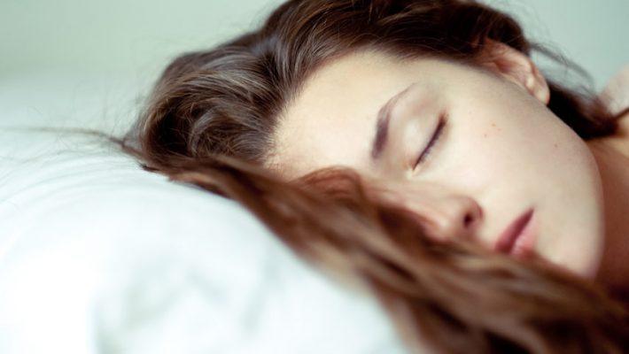 Jak spać w mokrych włosach?